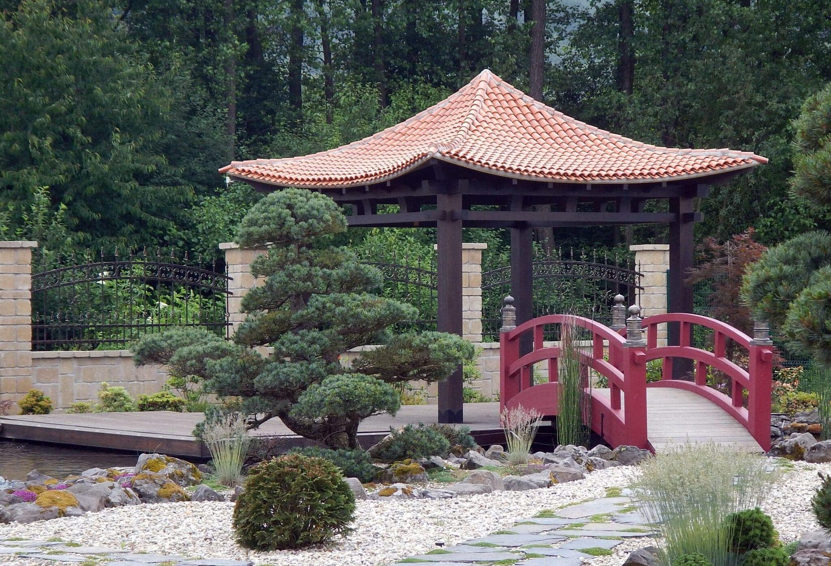 <h3>Hinode</h3> <h4>Dominantou japonského altánku je samotná strecha</h4>